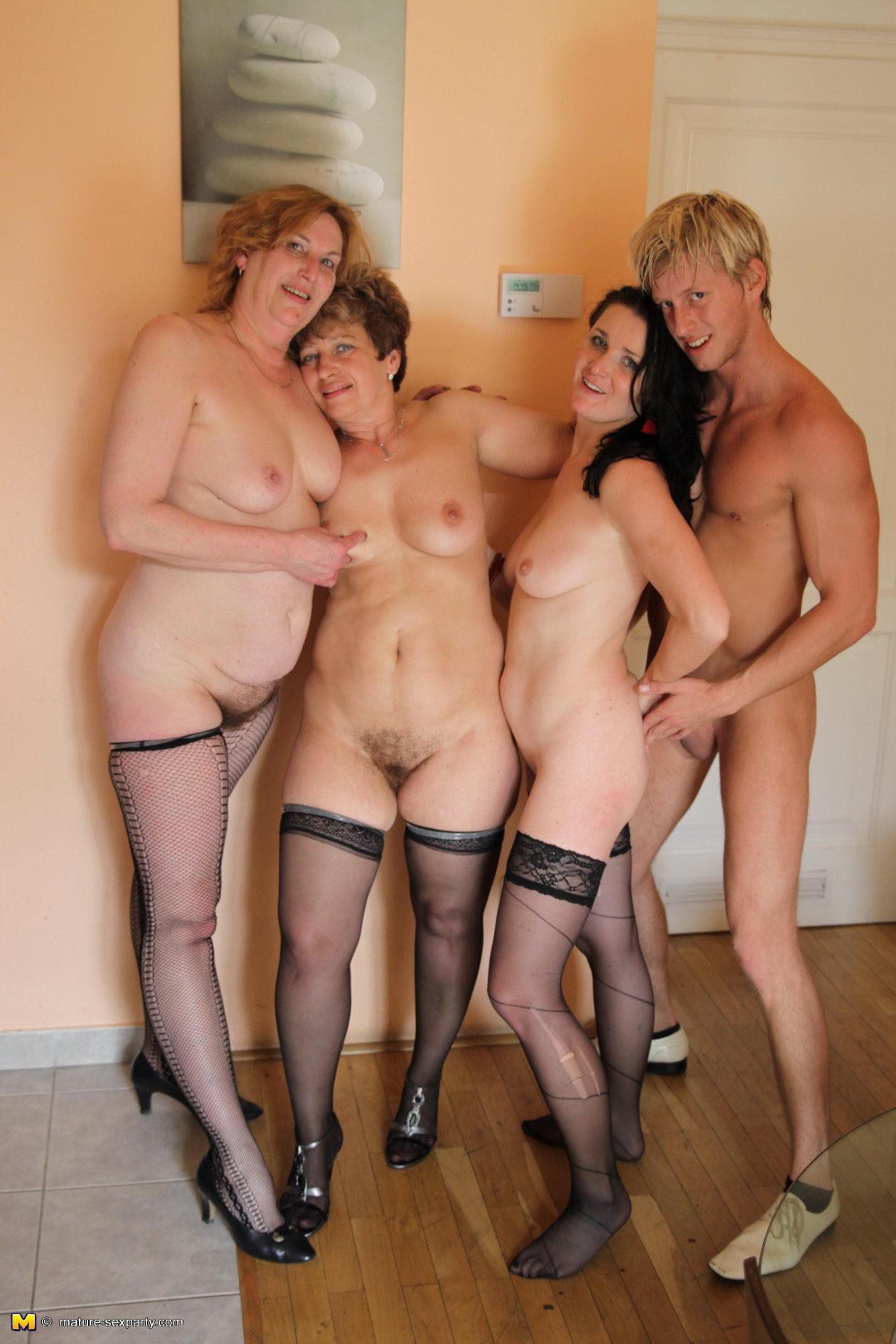 Групповой секс пожилых дам